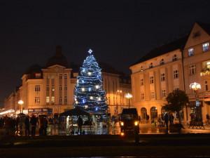 Rozsvícení vánočního stromu na Masarykově náměstí proběhne 1. prosince. Vánoční trhy začnou o 12 dní později