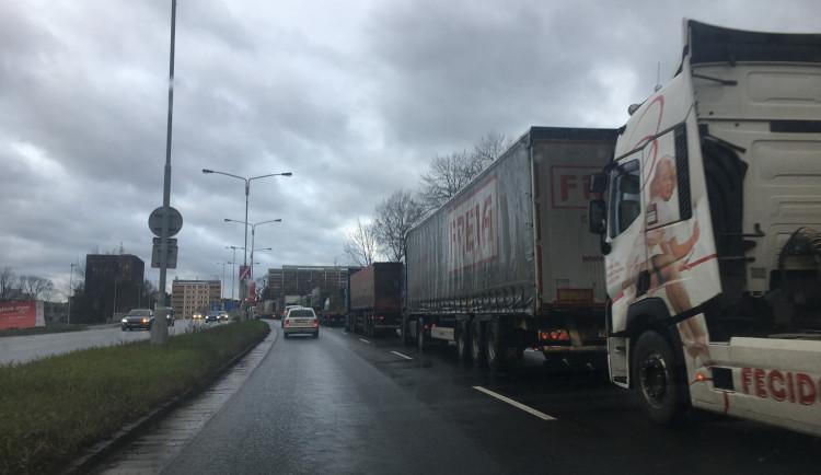 Po dopravní nehodě nedaleko opravovaného viaduktu se tvořily velké kolony