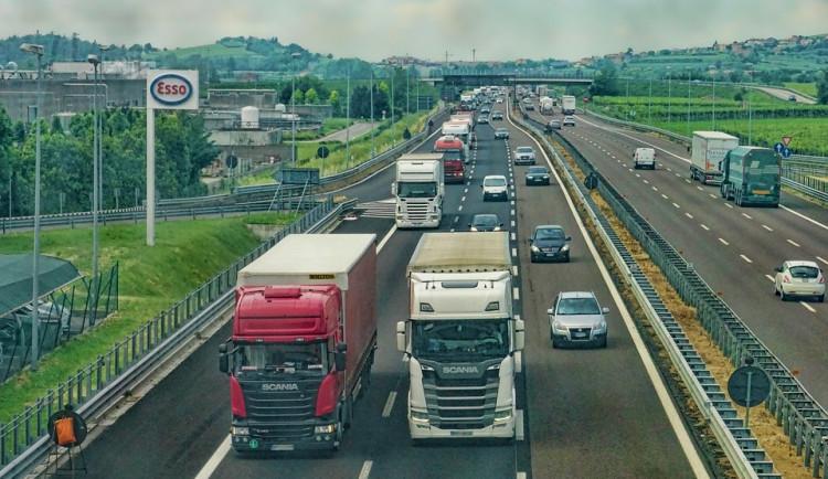 Nové mýto dopravu na hraničním přechodu Náchod nezkomplikovalo