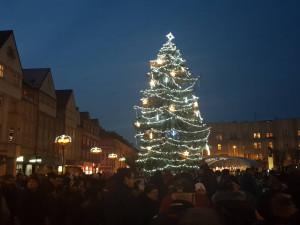 Hradec poprvé rozsvítil vánoční výzdobu po celém městě, desítky lidí to sledovaly přímo z Masarykova náměstí