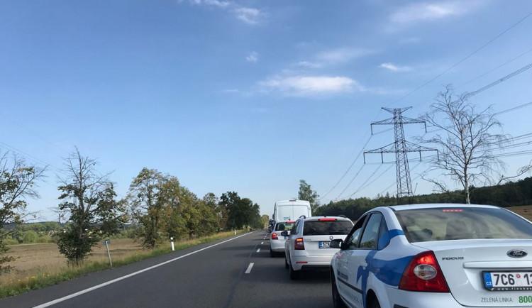 Frekventovanou silnici u Jičína zablokovala na několik hodin nehoda kamionu