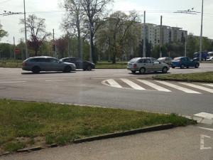 Kruhový objezd na Brněnské zablokovala nehoda. MHD měla velké zpoždění
