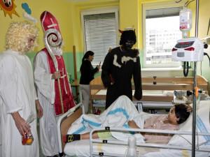 VIDEO: Pobyt nemocným dětem v hradecké nemocnici zpříjemnili hradečtí fotbalisté