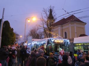 VIDEO: Mikulášský trolejbus opět po roce brázdil ulice Hradce. Kniha hříchů se při rekordním zájmu skoro nezavřela