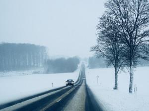 V Orlických horách je na silnicích místy ujetá vrstva sněhu