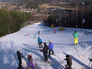 V Královéhradeckém kraji začala lyžařská sezóna. Využily toho stovky lidí