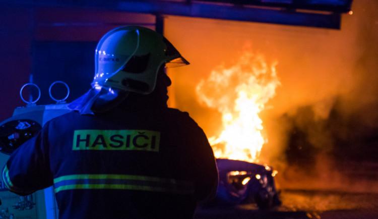 Po požáru rodinného domu na Pardubicku našli hasiči dva mrtvé