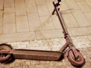 Muž narazil v centru Hradce na elektrokoloběžce do sloupu, skončil v nemocnici