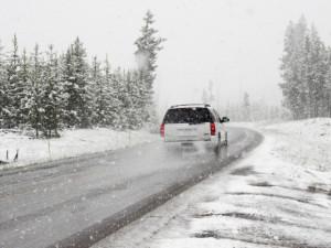 Na horských silnicích v hradeckém kraji byl ráno místy sníh, silný vítr komplikace nepřinesl
