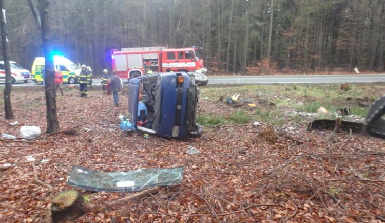 FOTO: Řidič nezvládl řízení a s dodávkou vylétl ze silnice. Šest lidí skončilo v nemocnici