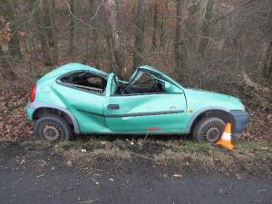 Devatenáctiletý řidič vylétl ve vysoké rychlosti ze zatáčky. V nemocnici bojuje o život