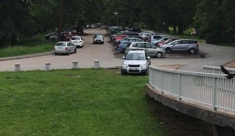 Černé parkoviště na břehu Labe u Fakultní nemocnice nezanikne, to nové totiž kapacitně nebude stačit