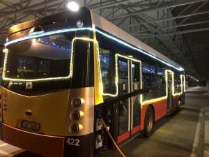 Hradecký unikát. Cestující v MHD se můžou těšit na vánoční elektrobus