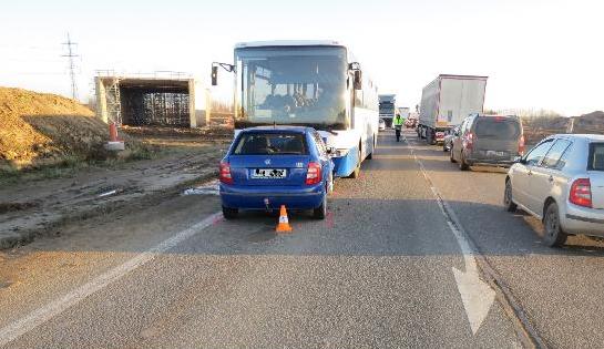 FOTO: Osmaosmdesátiletý řidič vjel do protisměru a střetl se s autobusem