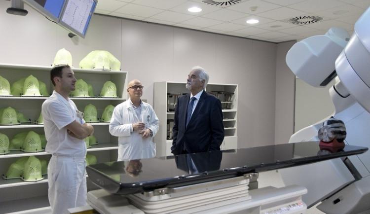 Nemocnice v Hradci má nový přístroj pro pacienty s rakovinou. Urychlí léčení a pomůže více lidem, než předtím
