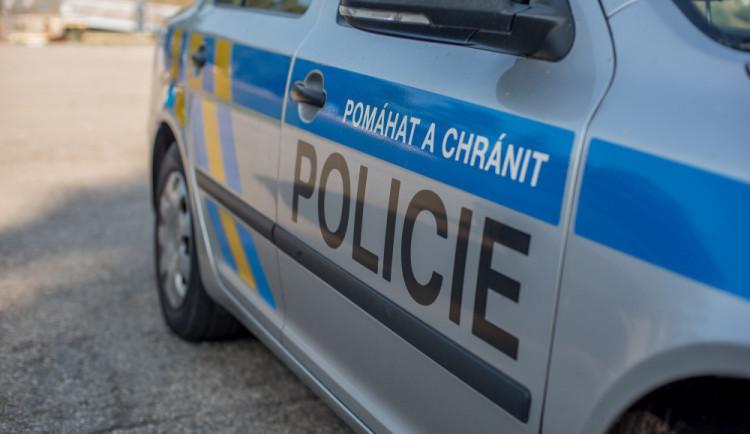 Muž přepadl kovovou tyčí u Fakultní nemocnice v Hradci dva lidi, vylákal z nich věci v hodnotě deseti tisíc