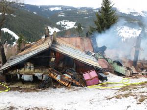 FOTO: Rekreační chata v Krkonoších shořela do základů, škoda je nakonec přes čtyři miliony