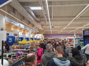 FOTO: Naprostý kolaps. Sedm pokladen v Tescu nezvládá nápor zákazníků před Vánoci
