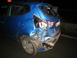 Dvaadvacetiletý řidič předjížděl přes plnou čáru a narazil do auta před sebou, Nadýchal skoro dvě promile