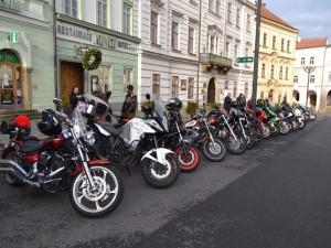FOTO: Vánoce ve stylu motorkářů. Ti se každoročně schází na Velkém náměstí v Hradci Králové