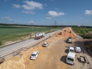 Příští rok by se měla dostavit dálnice D11 do Jaroměře. Začít by se na ní mohlo jezdit v roce 2022