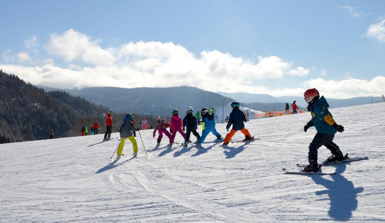 Podmínky na lyžování zatím nejsou ideální. V Královehradeckém kraji jev provozu osm středisek