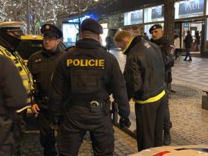 Silvestr z pohledu policie: Patnáctiletý chlapec opilý téměř do bezvědomí, žena shozená do Labe, nebo rvačky