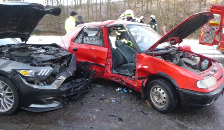 Vážná nehoda dvou aut na Trutnovsku. Na místě zasahoval i záchranářský vrtulník