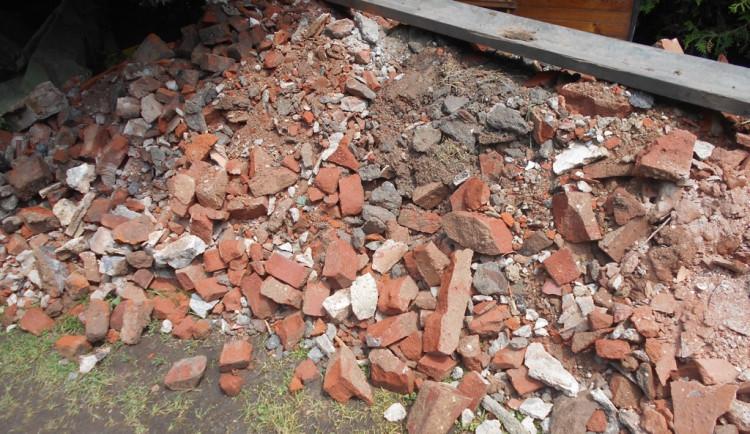 Firma na Náchodsku nelegálně navezla na neoprávněné pozemky 21 tisíc tun odpadu, dostala pokutu 125 tisíc