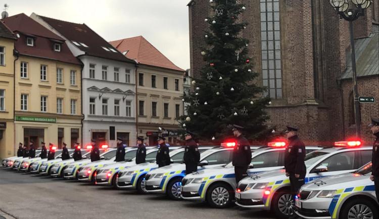 Policie v hradeckém kraji dostala 23 nových škodovek. Jedno auto vyšlo na 725 tisíc