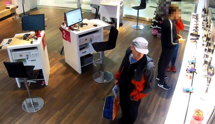 PÁTRÁNÍ: Policie hledá muže, který v obchodě ukradl téměř šest tisíc korun
