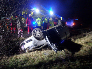 Vážná nehoda na Hradecku. Řidič skončil s autem převrácený na střeše, letěl pro něj vrtulník