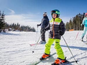 Do skiareálů dorazily tisíce lidí. Sníh je většinou technický