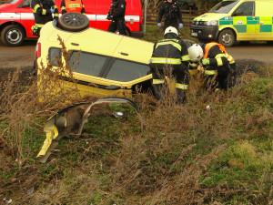 Ve Všestarech u Hradce Králové se srazil vlak s osobním autem