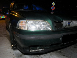 Muž v Krkonoších vjel na saních pod auto, těžce se zranil