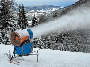 Některá střediska v Krkonoších zasněžují na úkor přírody