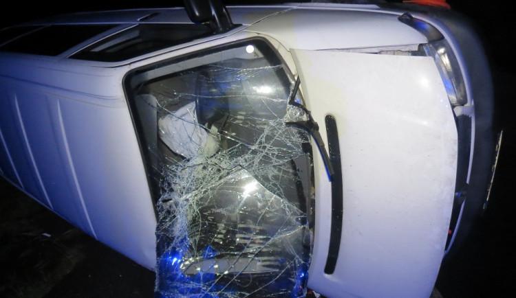 Na přehledné silnici převrátil auto na bok