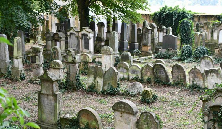Případ poškozené cedule u židovského hřbitova policie odložila