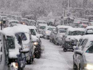 Doprava do Pece pod Sněžkou dopoledne zkolabovala. Tvořily se dlouhé kolony