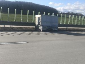 Řidič odstavil nepojízdný vozík na D11 a odjel. Ohrozil ostatní šoféry