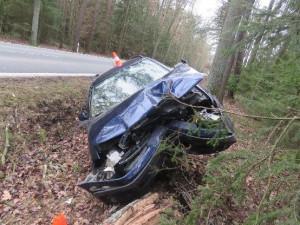 Usnul za volantem, přejel do protisměru a čelně narazil do stromu