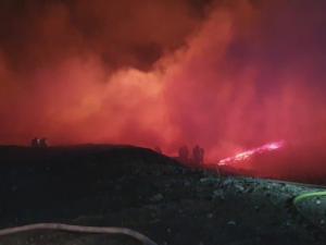 U Zdechovic na Pardubicku hořela skládka pneumatik. Lidem se nedoporučuje větrat