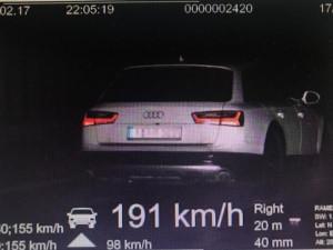 Řidič uháněl po dálnici D11 rychlostí 191 km/h.  Hned se za ním rozjeli policisté