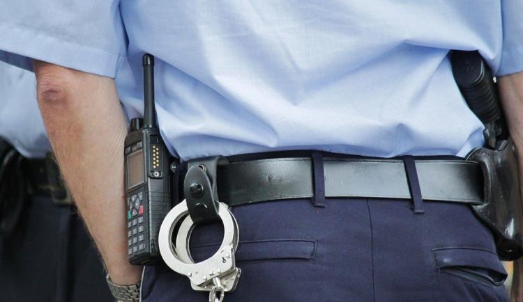 Řidič nadýchal dvě promile, spolujezdec se tak pokusil uplatit policisty tisícovkou. Hrozí mu šest let