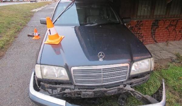 Řidič vHradci Králové nezvládl kruhový objezd. Auto napasoval pod budovu
