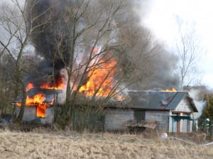 Chtěli opravit střechu po silné vichřici. Jiskra od svařování založila požár a garáž lehla popelem