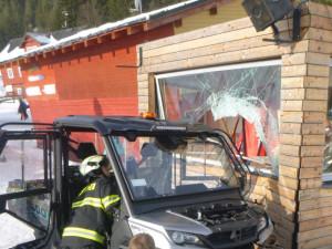 Řidič s pásovou čtyřkolkou uklouzl na zledovatělém svahu a vrazil do budovy u vleku