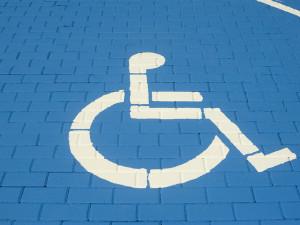 Pro přidělování vyhrazeného stání pro invalidy, budou platit po Hradci nová pravidla