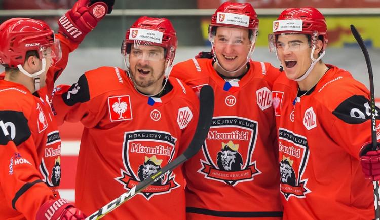 Červené dresy hradeckých hokejistů z letošní Ligy mistrů jdou do aukce