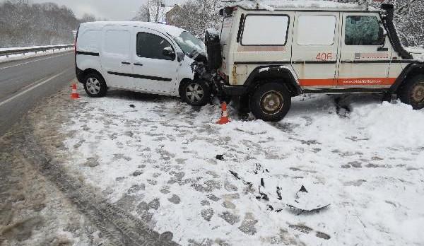 Šoféra na Trutnovsku překvapil sníh. Dostal smyk a naboural do stojícího auta